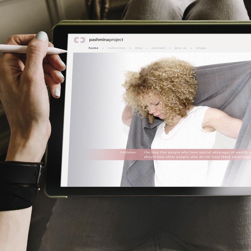 Tablet mit Onlinedesign für Faire Mode